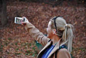 自撮りする女性:目からウロコの耳より情報局