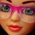 メガネをした人形:目からウロコの耳寄り情報局