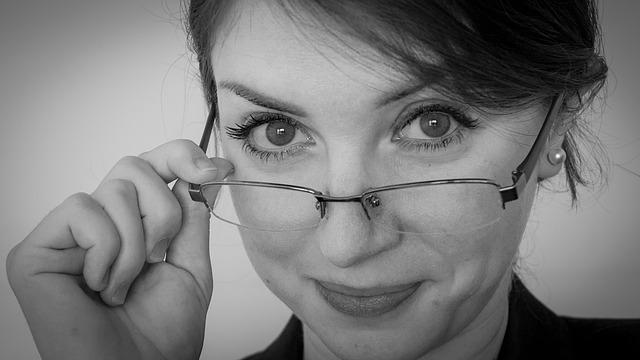 メガネの女性:目からウロコの耳寄り情報局