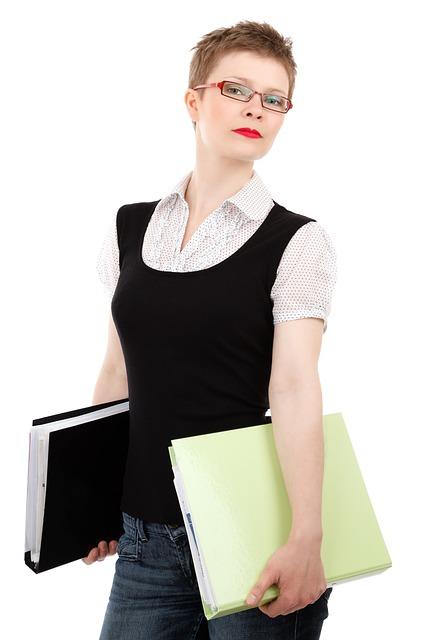 メガネをする女性の画像:目からウロコの耳寄情報局