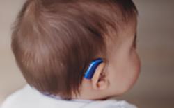 補聴器をした子供の画像:目からウロコの耳寄り情報局